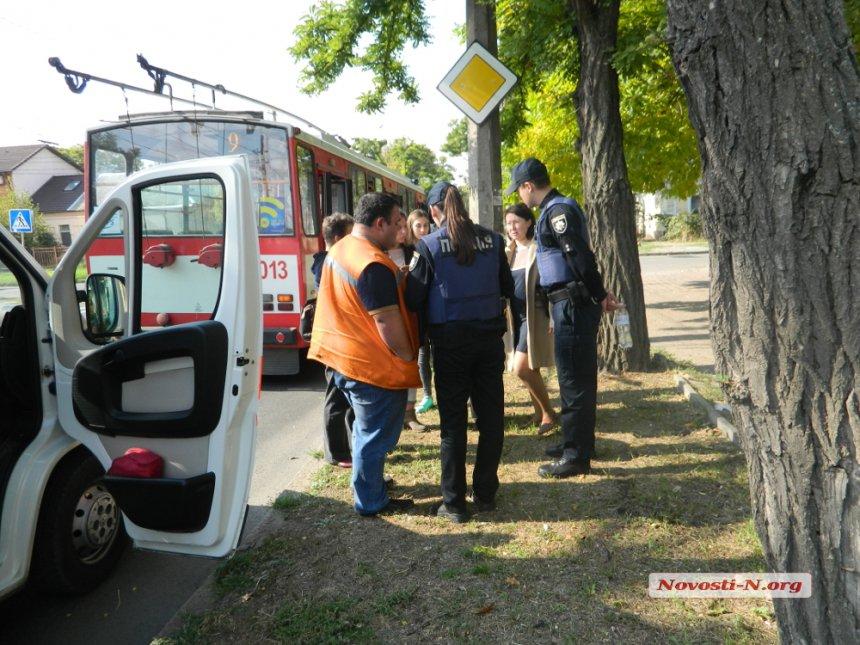 У Миколаєві бабуся-роззява потягла 6-річну онуку прямо під колеса тролейбусу - фото 3