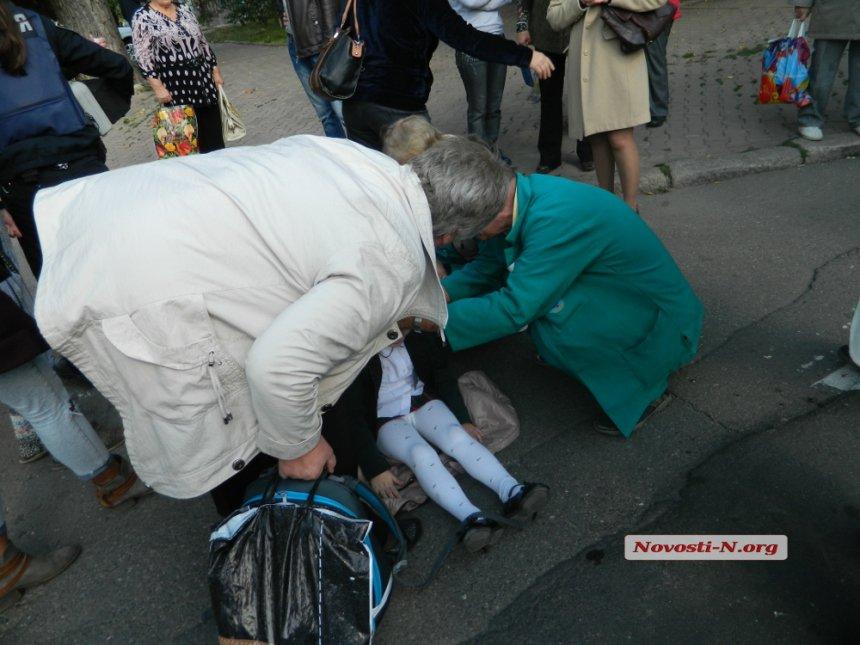 У Миколаєві бабуся-роззява потягла 6-річну онуку прямо під колеса тролейбусу - фото 2