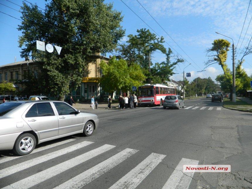У Миколаєві бабуся-роззява потягла 6-річну онуку прямо під колеса тролейбусу - фото 1