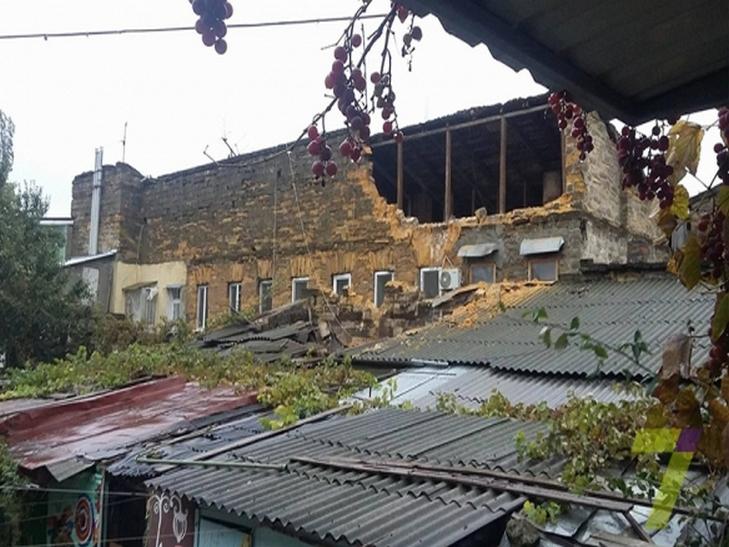 В Одесі обвалилася стіна житлового будинку. Є загиблі (ФОТО) - фото 1