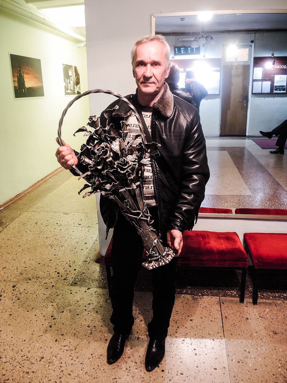 Як Кобзона вітали в окупованому Донецьку трояндами зі снарядів - фото 1