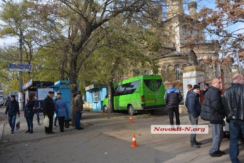 У центрі Миколаєва маршрутка врізалася в кіоск: є постраждалі