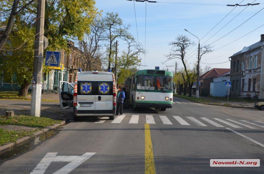 У Миколаєві мікроавтобус влетів у тролейбус: є постраждалі