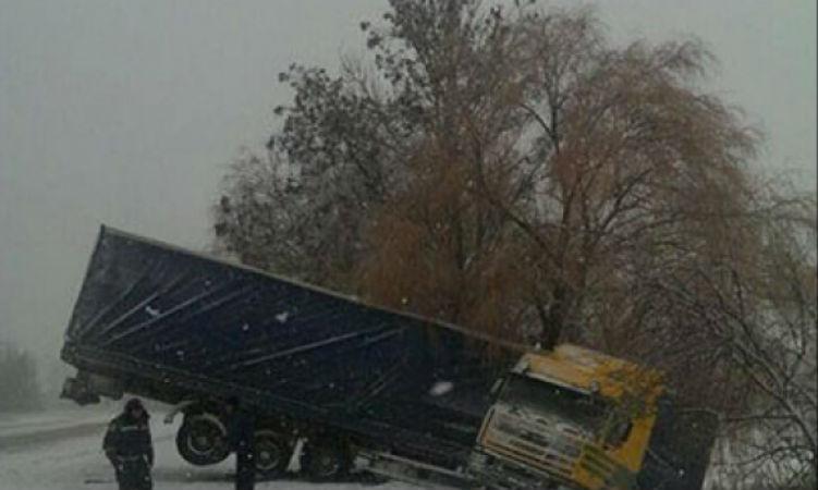 На Вінничині через негоду перекинулись 4 грузовики - фото 1