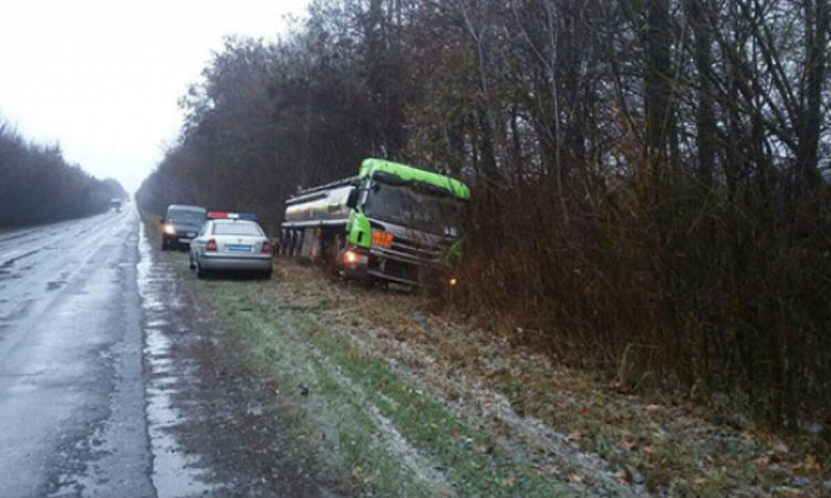 На Вінничині через негоду перекинулись 4 грузовики - фото 2