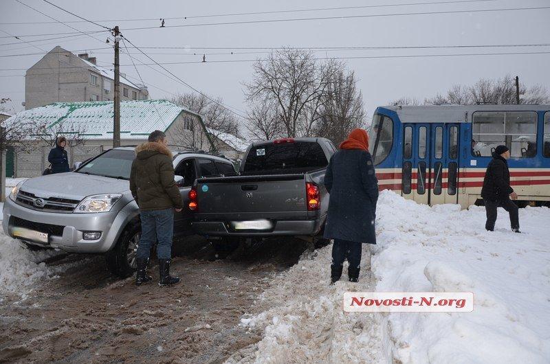 У Миколаєві водій травмував руки витягуючи автомобіль з допомогою трамвая