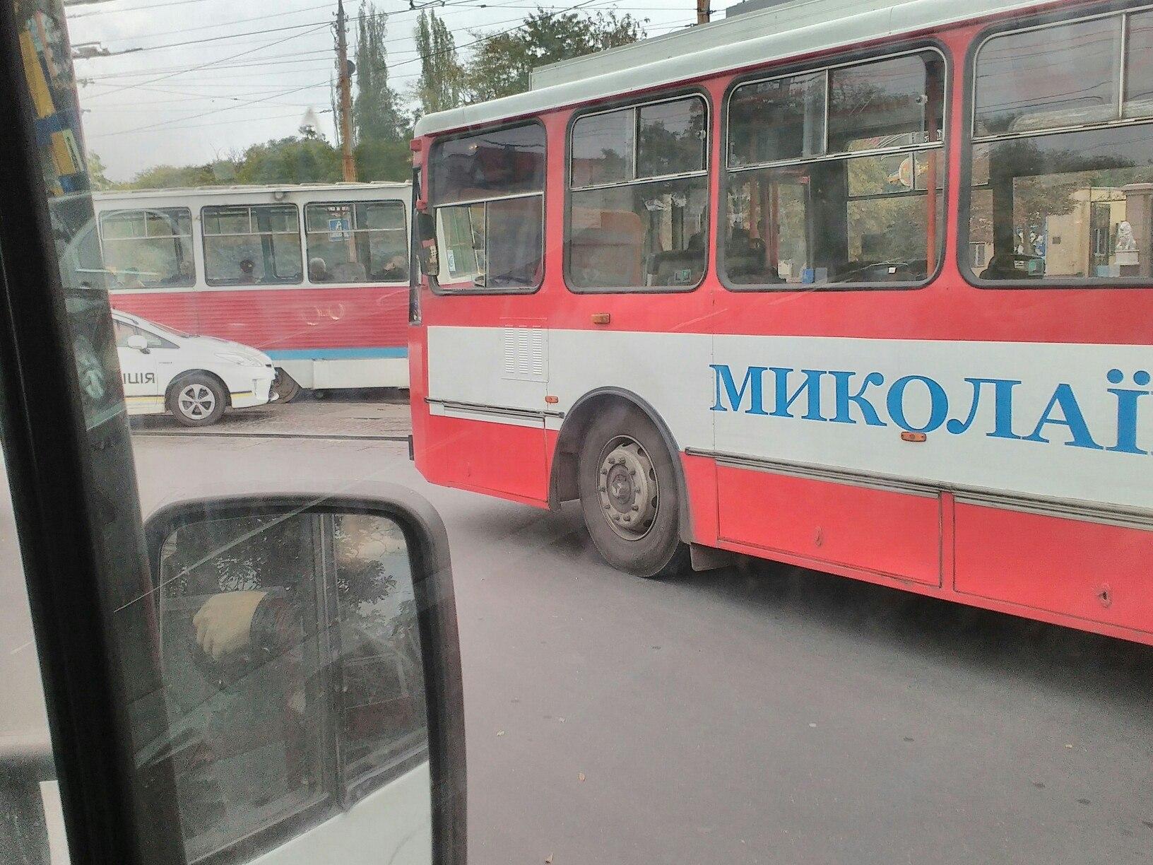 У Миколаєві біля зоопарку зіштовхнулись трамвай та Lanos: утворився затор - фото 3