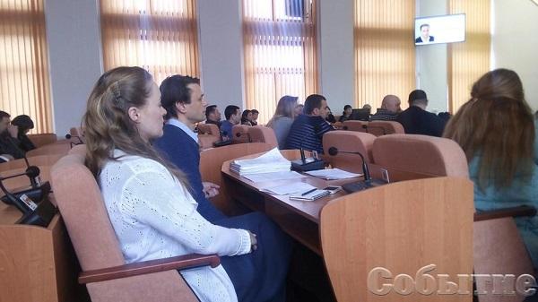 Мер Кам'янського на позачерговій сесії дорікнув депутату собачою будкою - фото 1