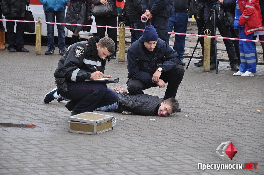 У Миколаєві двоє підозрюваних в розбої висмикнули чеку з бойової гранати біля ринку