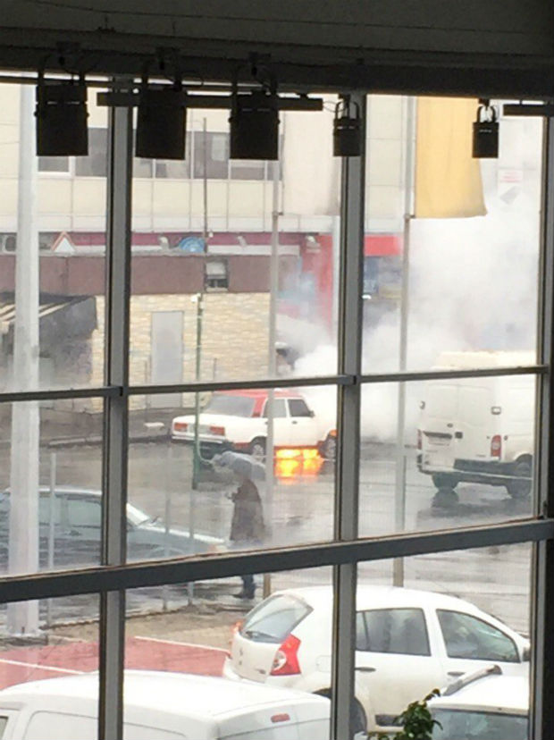 """На Салтівці просто біля станції метро спалахнули """"Жигулі"""" - фото 2"""