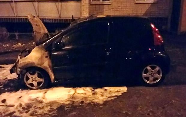 У Харкові вночі горів легковий автомобіль - фото 1