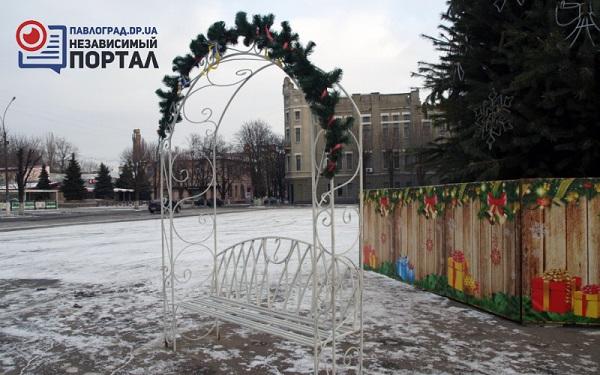 Мешканцям Павлограду на новорічні свята пропонують образ півня чи сніговички - фото 1