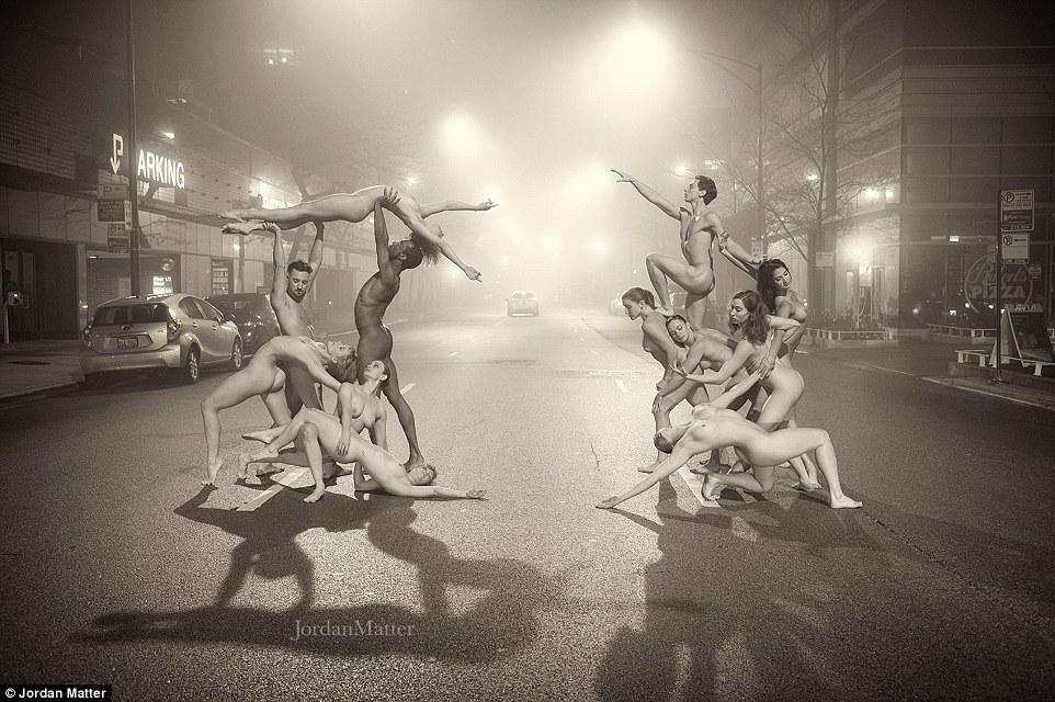 Сотні балерин повністю роздяглися на вулицях міст заради фотосесії (ФОТО 18+) - фото 8
