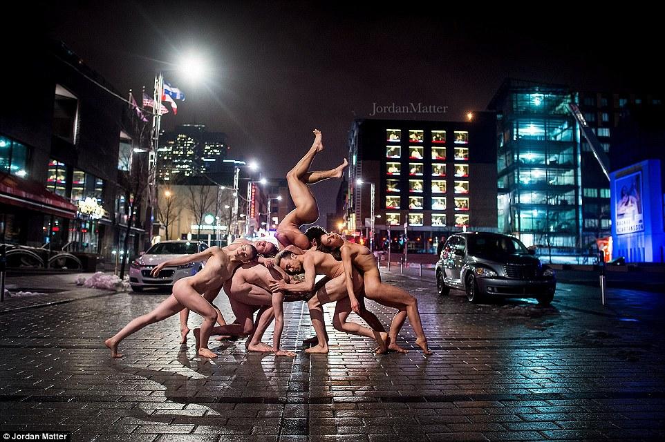 Сотні балерин повністю роздяглися на вулицях міст заради фотосесії (ФОТО 18+) - фото 3