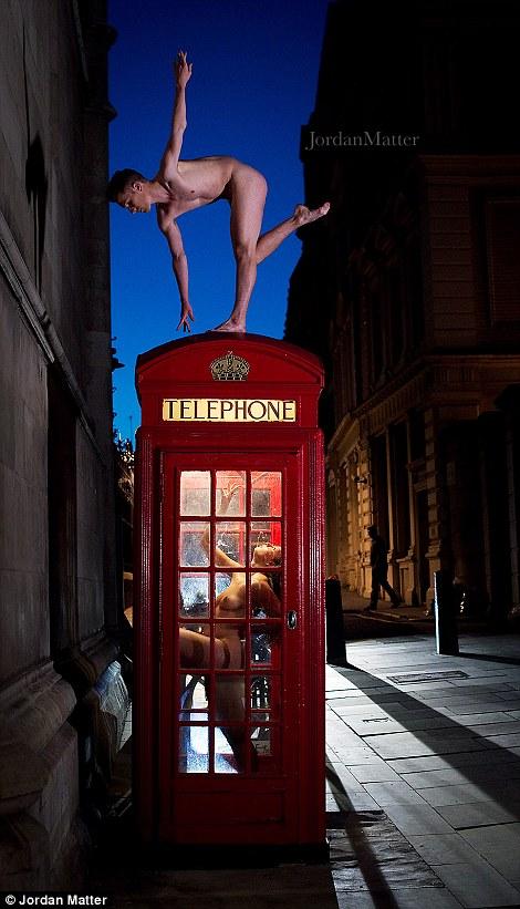 Сотні балерин повністю роздяглися на вулицях міст заради фотосесії (ФОТО 18+) - фото 1