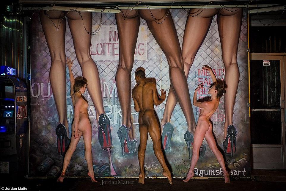 Сотні балерин повністю роздяглися на вулицях міст заради фотосесії (ФОТО 18+) - фото 6