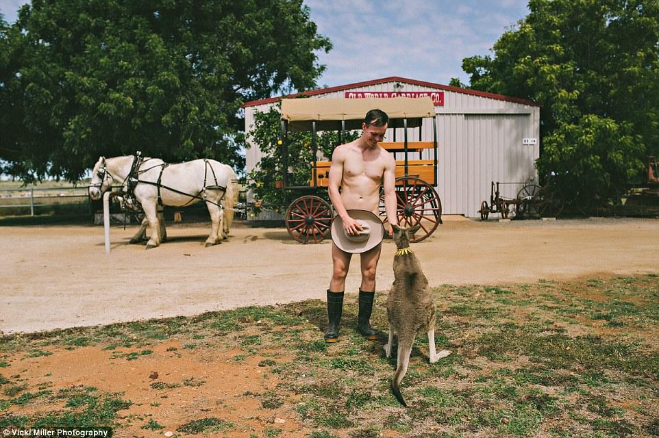 Австралійські студенти роздяглися, щоб допомогти хворим (ФОТО, 18+) - фото 1