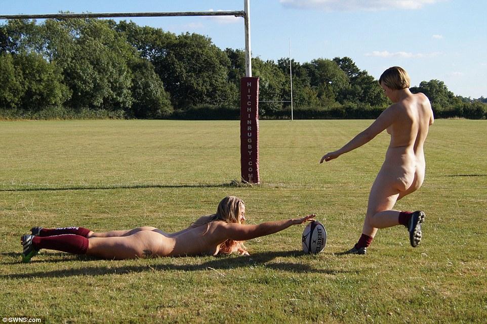 Добро показало дупу: Як голі регбістки по полю бігали - фото 4