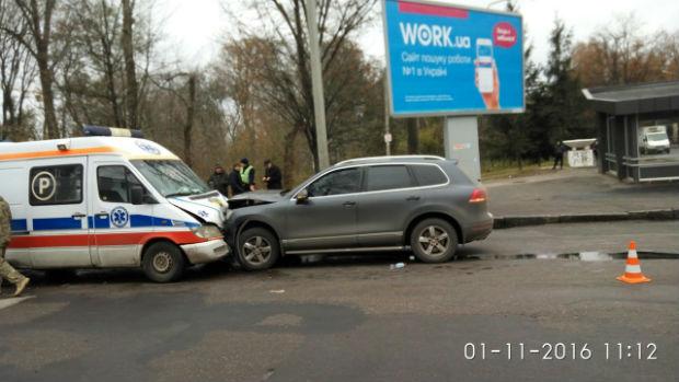 """У Харкові військова """"швидка"""" потрапили в аварію: дві людини постраждали - фото 2"""