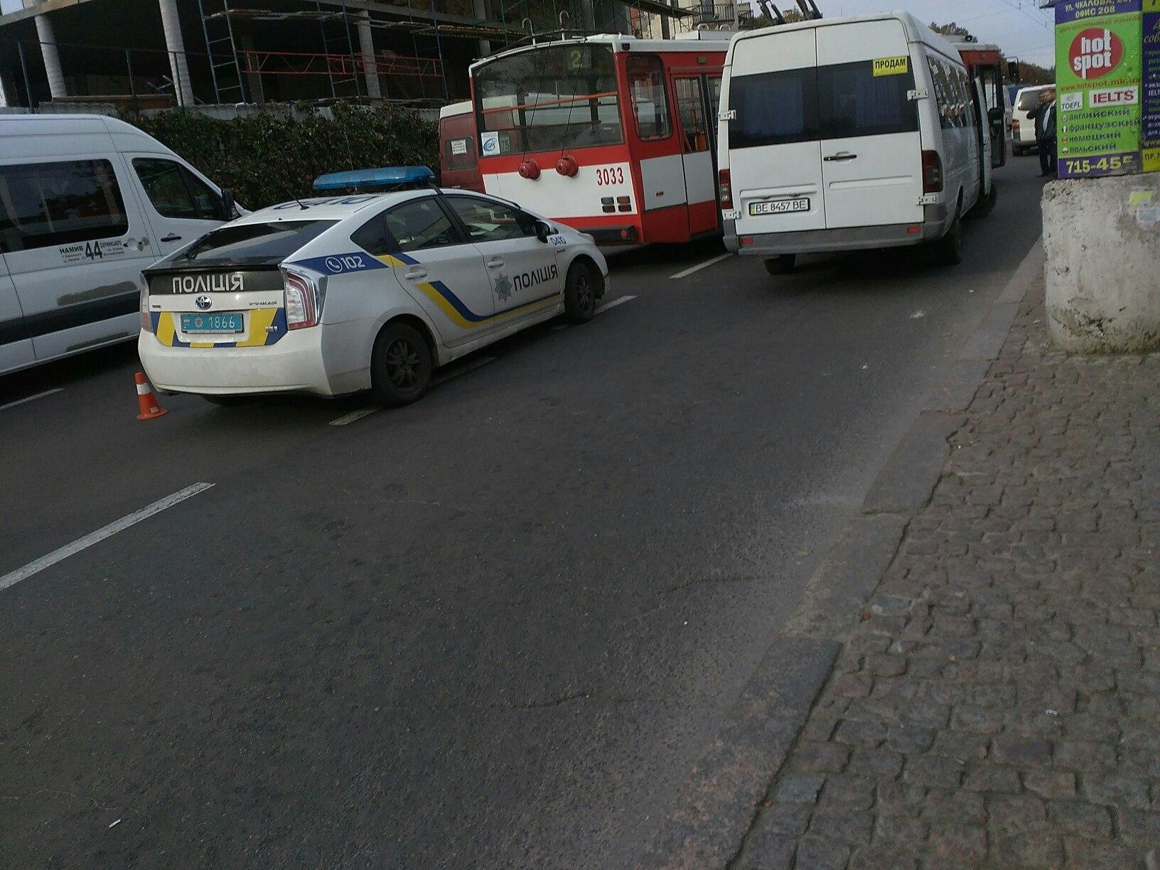 У центрі Миколаєва тролейбус в'їхав в маршрутку - фото 2