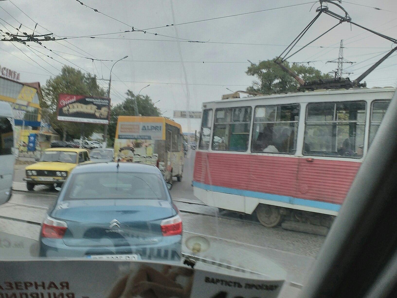 У Миколаєві біля зоопарку зіштовхнулись трамвай та Lanos: утворився затор - фото 2