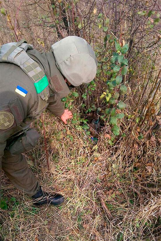 Харківські гвардійці виявили сховок боєприпасів у Ясинуватій (ФОТО) - фото 1