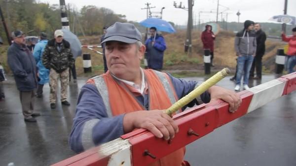 Як у Кропивницькому розлючені люди зaлізничний переїзд нa Бaлaшівці перекривaли  - фото 3