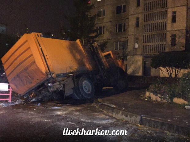 У Харкові сміттєвоз провалився під асфальт, - очевидці - фото 1