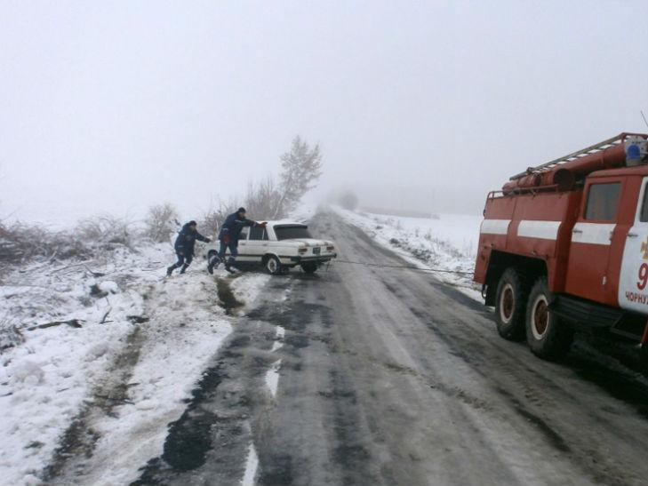 Водії продовжують потрапляти в пастки обледенілих доріг Полтавщини - фото 1