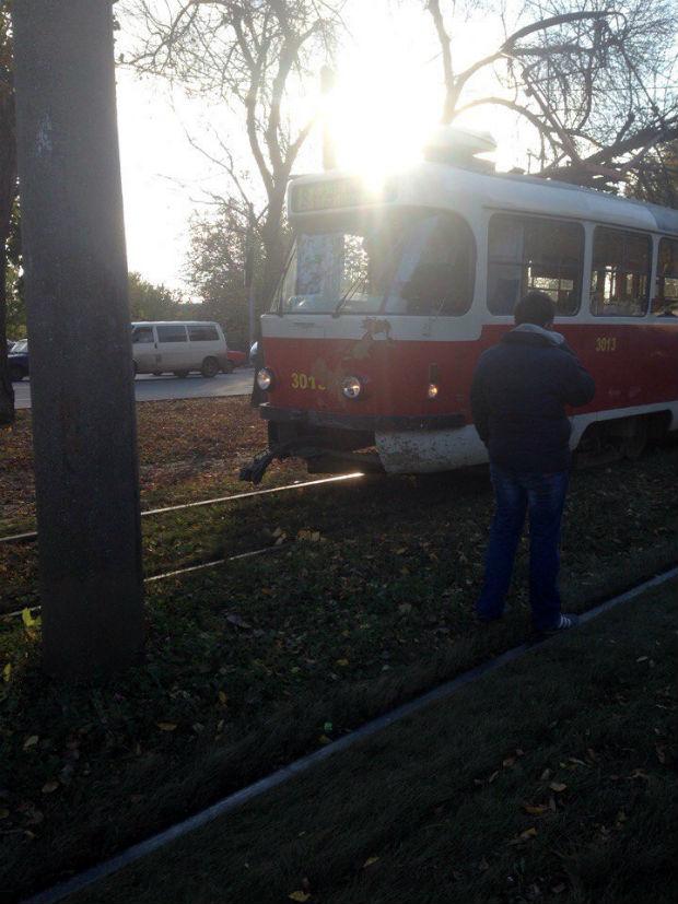 На Салтівці джип із донецькими номерами залетів під трамвай - фото 4