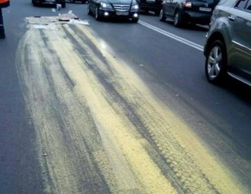 ВКиеве шофёр залил желтой краской относительно недавно отремонтированную дорогу