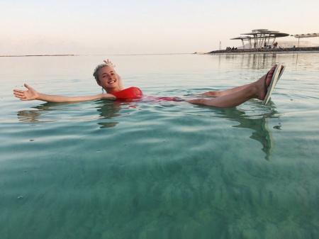 Жінка Кличка випнула груди з Мертвого моря - фото 1