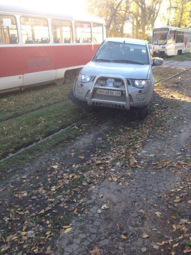 На Салтівці джип із донецькими номерами залетів під трамвай - фото 3
