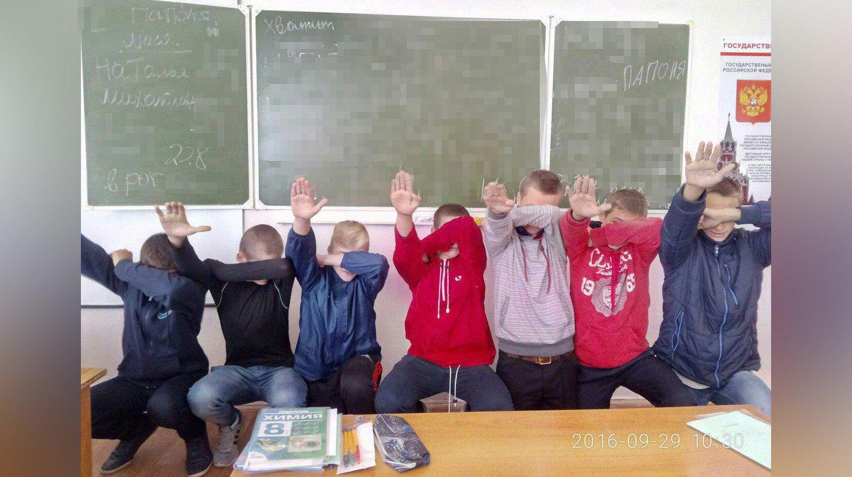 ВНовошахтинске школьники изрисовали доску свастиками исфотографировались зигующими