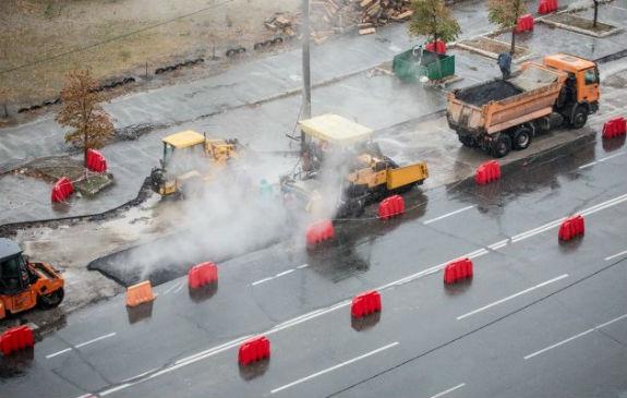 Як комунальники Кличка виконують дурну роботу: стелять асфальт в дощ  - фото 1