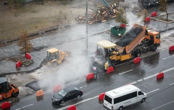 Як комунальники Кличка виконують дурну роботу: стелять асфальт в дощ  - фото 3