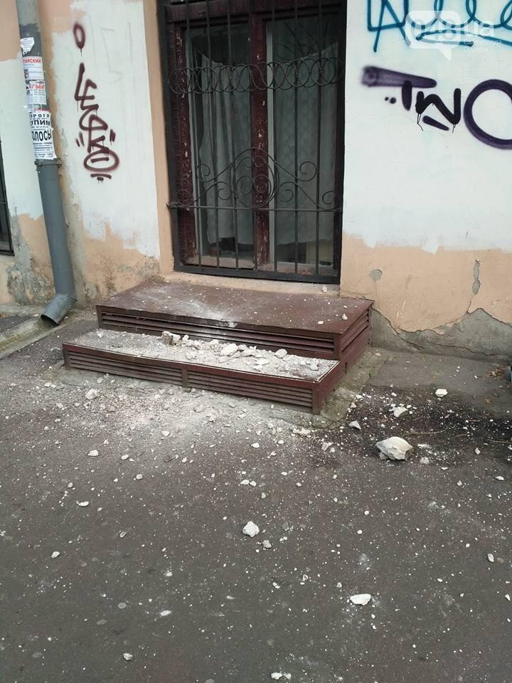 В центрі Одеси обвалився фрагмент фасаду будинку (ФОТО) - фото 2