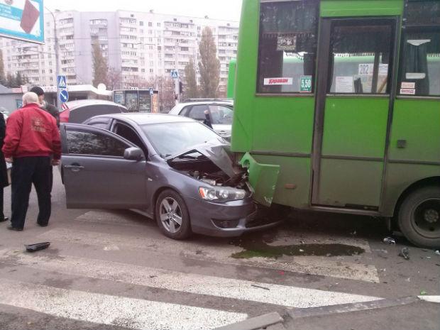 На Олексіївці іномарка влетіла у маршрутку: постраждали люди (ФОТО) - фото 2