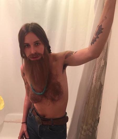 Дочка Брюса Вілліса прийшла на вечірку з голими і волохатими цицьками - фото 1