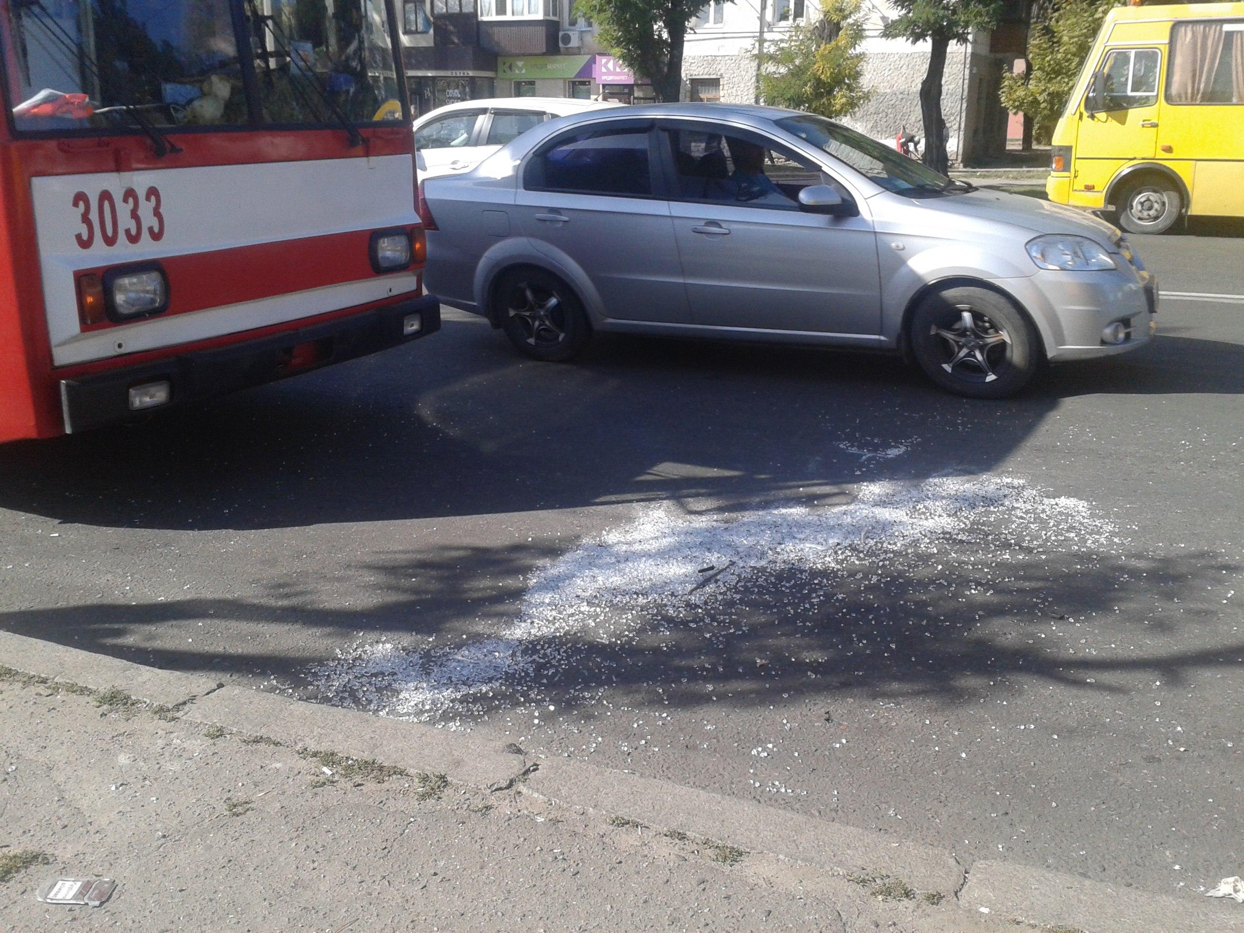 У Миколаєві біля зупинки зіткнулися тролейбус і маршрутка: є постраждалі