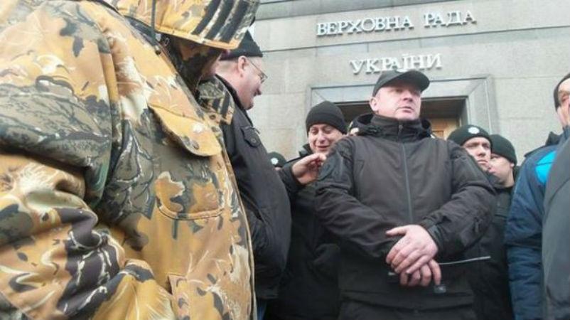 Чорнобильці під Радою прорвались до входу - фото 1