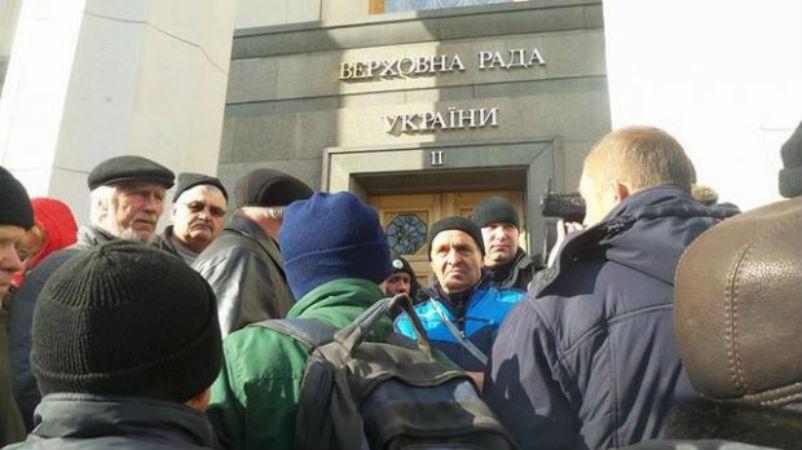 Чорнобильці під Радою прорвались до входу - фото 2