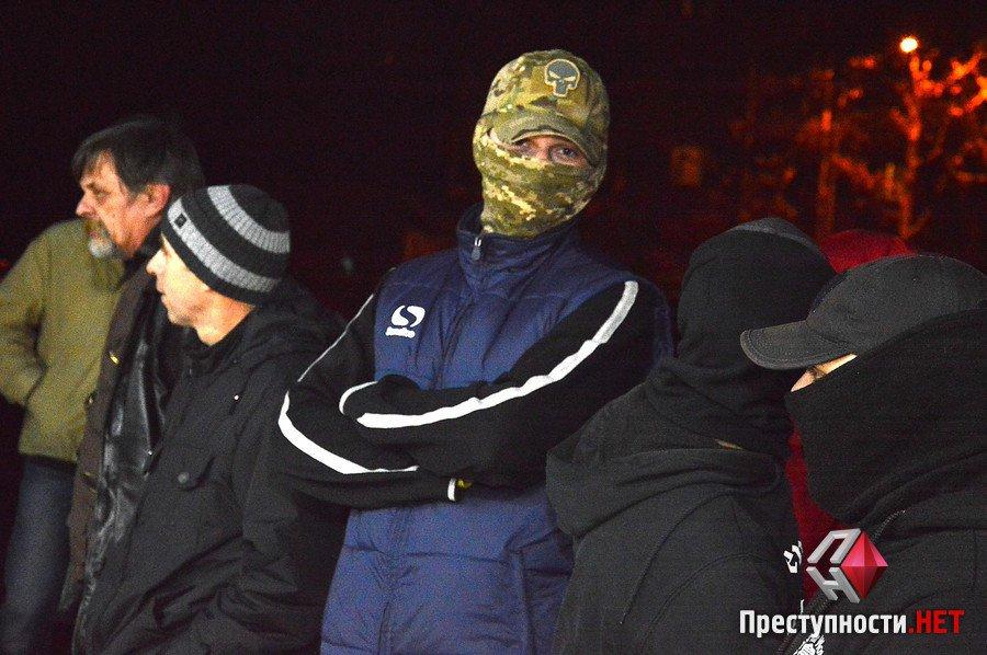 """Миколаївські активісти """"окропили"""" томатним соком вхід на концерт Потапа і Насті"""