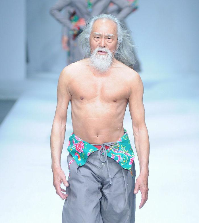80-річний дідусь, який вперше вийшов на подіум, вчинив фурор на Тижні моди у Китаї - фото 1
