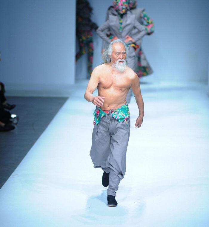 80-річний дідусь, який вперше вийшов на подіум, вчинив фурор на Тижні моди у Китаї - фото 2