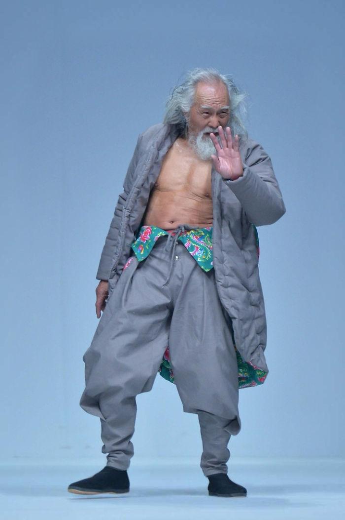 80-річний дідусь, який вперше вийшов на подіум, вчинив фурор на Тижні моди у Китаї - фото 3