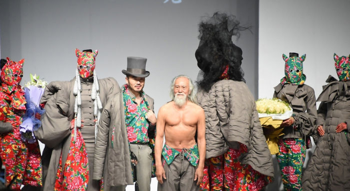 80-річний дідусь, який вперше вийшов на подіум, вчинив фурор на Тижні моди у Китаї - фото 4