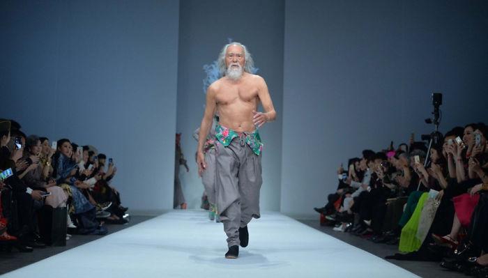 80-річний дідусь, який вперше вийшов на подіум, вчинив фурор на Тижні моди у Китаї - фото 5