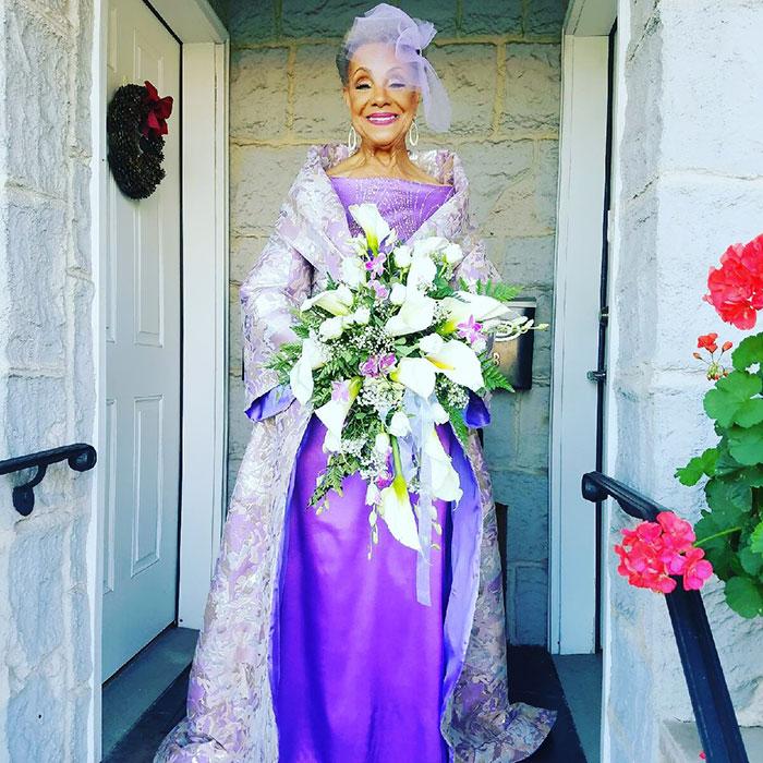 86-річна наречена підірвала мережу весільною сукнею власного дизайну  - фото 1