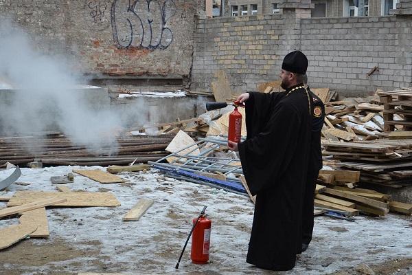 У Дніпрі священиків вчили користуватися вогнегасниками - фото 1